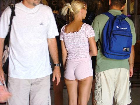 ホットパンツ穿いてるプリケツ女の尻が半分出てるんだけどwwwwwwwww(画像あり)・21枚目