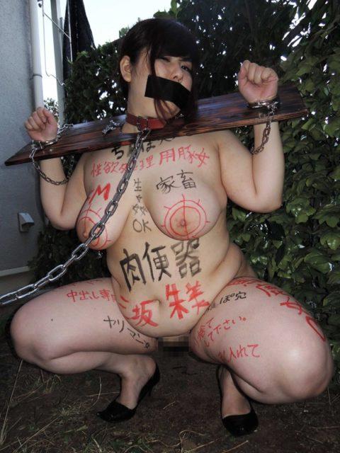 【エロ画像】ギロチン拘束とかいう拷問器具でヤラれる女たち。。(25枚)・23枚目