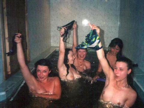 【風呂】素人まんさん、お風呂で悪ノリ。。これはヒドいわぁwwwww・25枚目