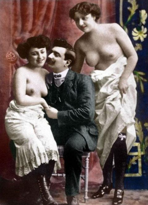 【海外エロ】昔の白黒写真の全裸女性たち、、マン毛が剛毛すぎるんやがwwwwww・11枚目