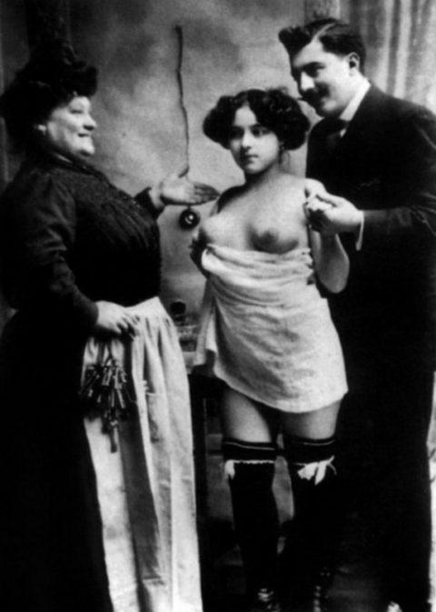 【海外エロ】昔の白黒写真の全裸女性たち、、マン毛が剛毛すぎるんやがwwwwww・12枚目