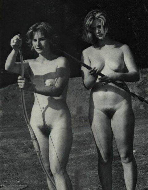 【海外エロ】昔の白黒写真の全裸女性たち、、マン毛が剛毛すぎるんやがwwwwww・14枚目