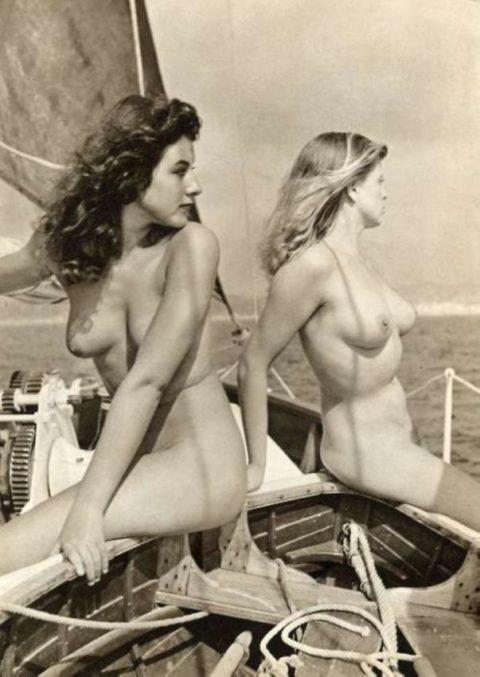 【海外エロ】昔の白黒写真の全裸女性たち、、マン毛が剛毛すぎるんやがwwwwww・17枚目