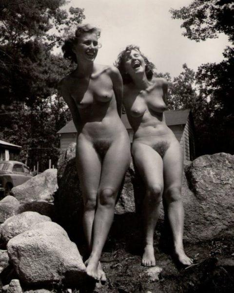 【海外エロ】昔の白黒写真の全裸女性たち、、マン毛が剛毛すぎるんやがwwwwww・18枚目