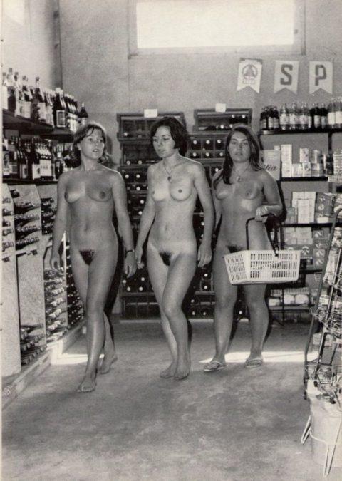 【海外エロ】昔の白黒写真の全裸女性たち、、マン毛が剛毛すぎるんやがwwwwww・19枚目