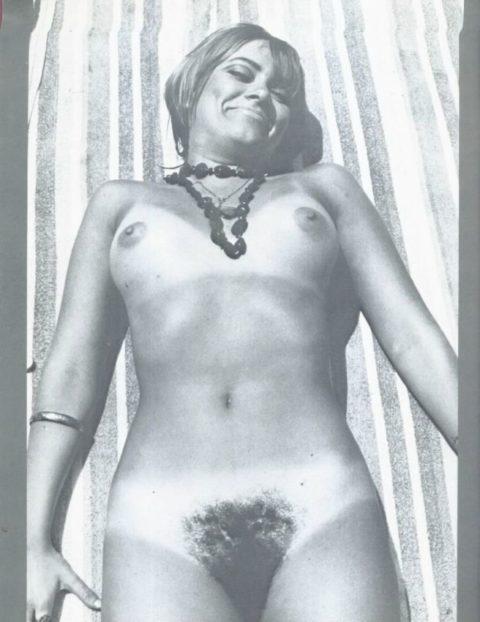 【海外エロ】昔の白黒写真の全裸女性たち、、マン毛が剛毛すぎるんやがwwwwww・2枚目