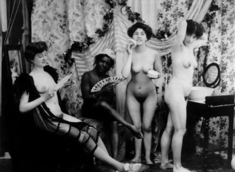 【海外エロ】昔の白黒写真の全裸女性たち、、マン毛が剛毛すぎるんやがwwwwww・25枚目
