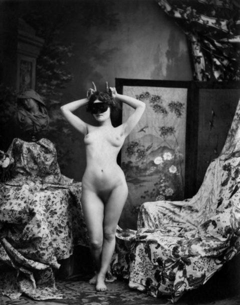 【海外エロ】昔の白黒写真の全裸女性たち、、マン毛が剛毛すぎるんやがwwwwww・26枚目