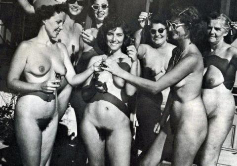 【海外エロ】昔の白黒写真の全裸女性たち、、マン毛が剛毛すぎるんやがwwwwww・3枚目
