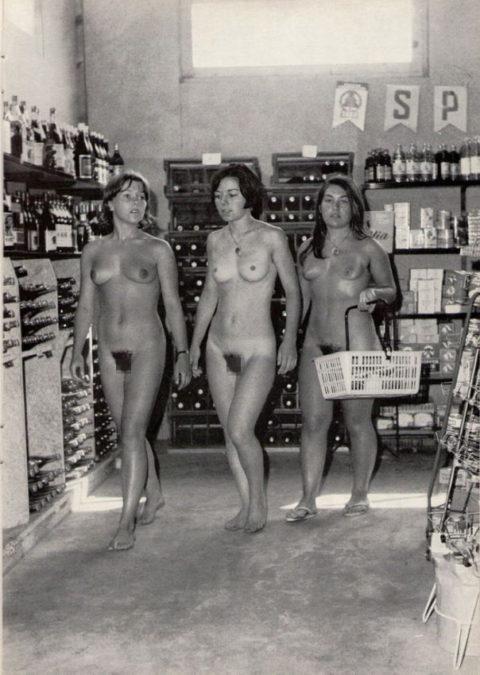 【海外エロ】昔の白黒写真の全裸女性たち、、マン毛が剛毛すぎるんやがwwwwww・4枚目