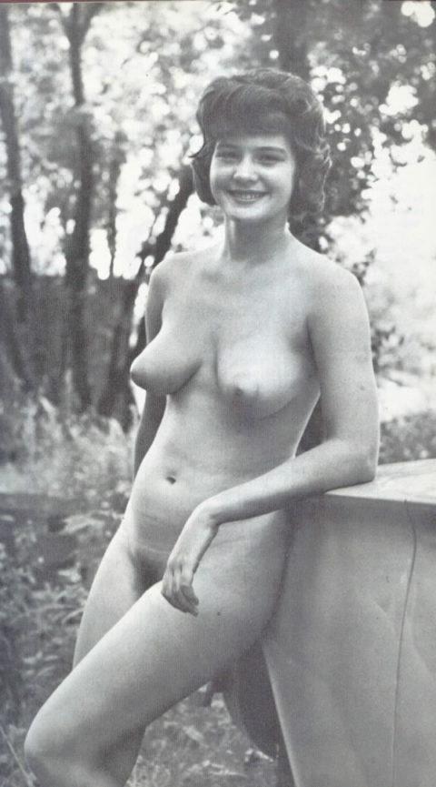 【海外エロ】昔の白黒写真の全裸女性たち、、マン毛が剛毛すぎるんやがwwwwww・5枚目