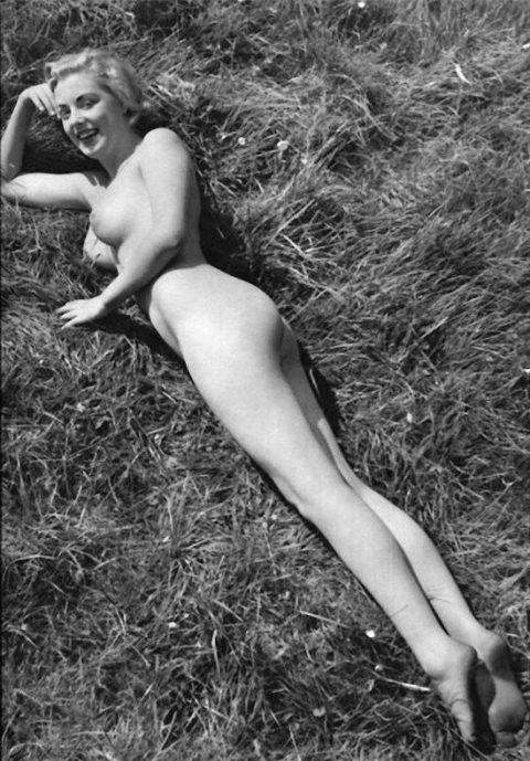 【海外エロ】昔の白黒写真の全裸女性たち、、マン毛が剛毛すぎるんやがwwwwww・6枚目