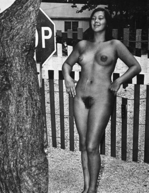 【海外エロ】昔の白黒写真の全裸女性たち、、マン毛が剛毛すぎるんやがwwwwww・8枚目