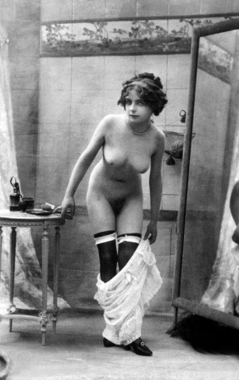 【海外エロ】昔の白黒写真の全裸女性たち、、マン毛が剛毛すぎるんやがwwwwww・9枚目