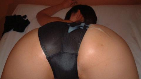 【エロ画像】服を着たままお尻に大量ぶっかけされたまんさんwwwwww・33枚目