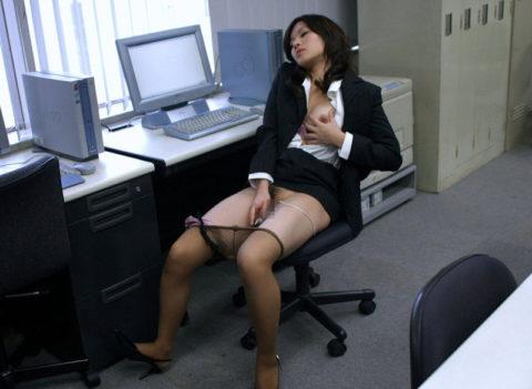 OLまんさん、仕事中に我慢できずオナニーしてしまう。しかも撮影されるwwwww(エロ画像)・4枚目