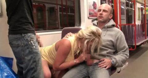 【青姦エロ】海外の野外セックス、想像とは違いバスとか電車ってwwwwww・4枚目