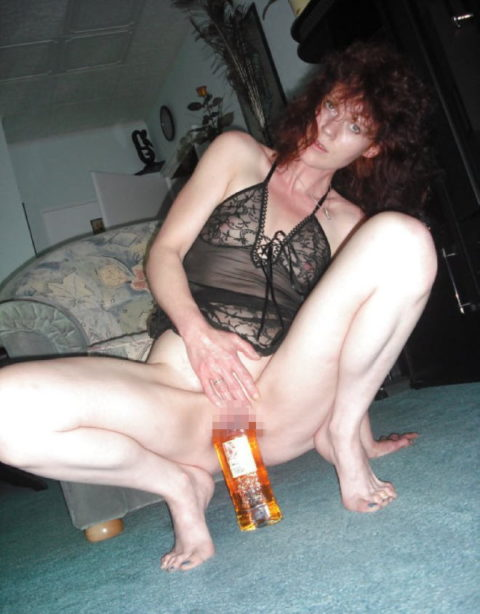 【素人エロ】「私の泥酔した妻がこちらです…」アナルに酒瓶はヤバいwwwww・15枚目