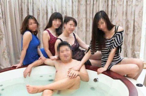 【エロ画像】中国の勝ち組大富豪さん、女を爆買いしてハーレムをヤッちゃうwwwwww・2枚目