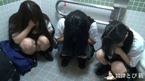 【衝撃】学生3人をトイレに連れ込んでフェラさせる問題作がヤバい・・・・11枚目