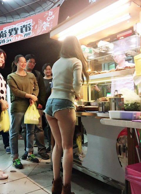 【おっぱい】台湾の屋台店員さん、品物より身体で集客するwwwwww・10枚目