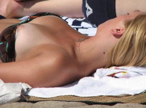 素人の巨乳まんさんがビーチで爆死(ポロリ)してる瞬間ヤッバwwwwwww(エロ画像)・13枚目