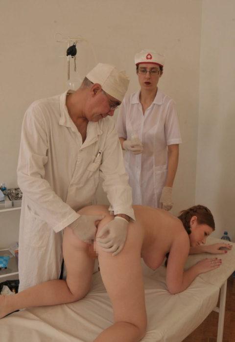 身体測定(海外版)の光景。。医者「こういう検査ですよぉ」って感じがヤバイwwwww・13枚目