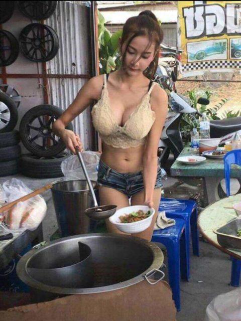【おっぱい】台湾の屋台店員さん、品物より身体で集客するwwwwww・14枚目