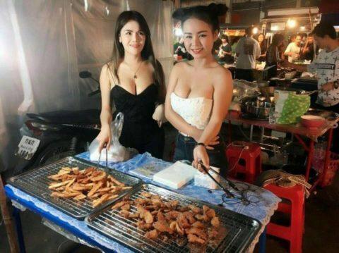 【おっぱい】台湾の屋台店員さん、品物より身体で集客するwwwwww・15枚目
