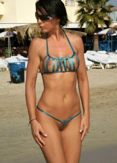 【ビーチ】美女が斬新すぎる水着で海に現れたwwこれは勃起不可避やわwwww・15枚目