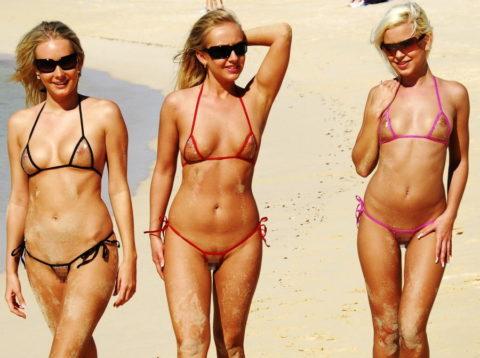 【ビーチ】美女が斬新すぎる水着で海に現れたwwこれは勃起不可避やわwwww・4枚目