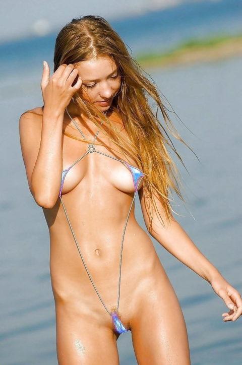 【ビーチ】美女が斬新すぎる水着で海に現れたwwこれは勃起不可避やわwwww・5枚目