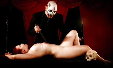 【エロ画像】古の生贄儀式を行った結果。全裸の必要あるんか?wwwww・16枚目