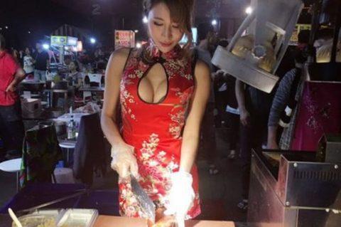 【おっぱい】台湾の屋台店員さん、品物より身体で集客するwwwwww・16枚目