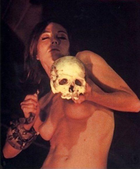 【エロ画像】古の生贄儀式を行った結果。全裸の必要あるんか?wwwww・17枚目