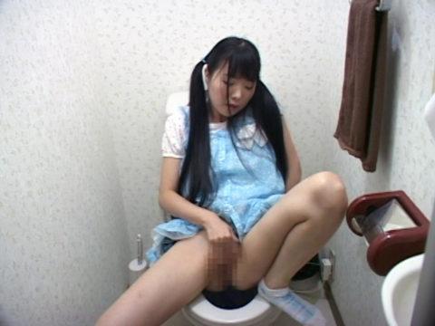 妹がトイレでオナニーしてたからカメラ突っ込んで撮影したったwwwwwww(エロ画像)・18枚目