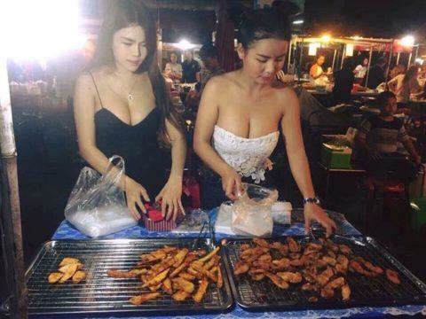 【おっぱい】台湾の屋台店員さん、品物より身体で集客するwwwwww・18枚目