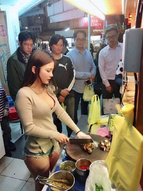 【おっぱい】台湾の屋台店員さん、品物より身体で集客するwwwwww・19枚目