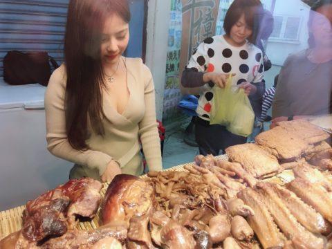 【おっぱい】台湾の屋台店員さん、品物より身体で集客するwwwwww・21枚目