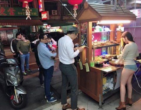 【おっぱい】台湾の屋台店員さん、品物より身体で集客するwwwwww・22枚目