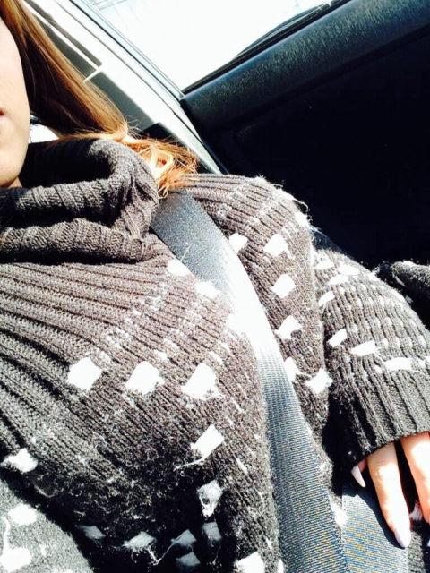 【谷間】車に乗ってる巨乳女さん、シートベルトがエロアイテムになるwwwww(エロ画像)・21枚目