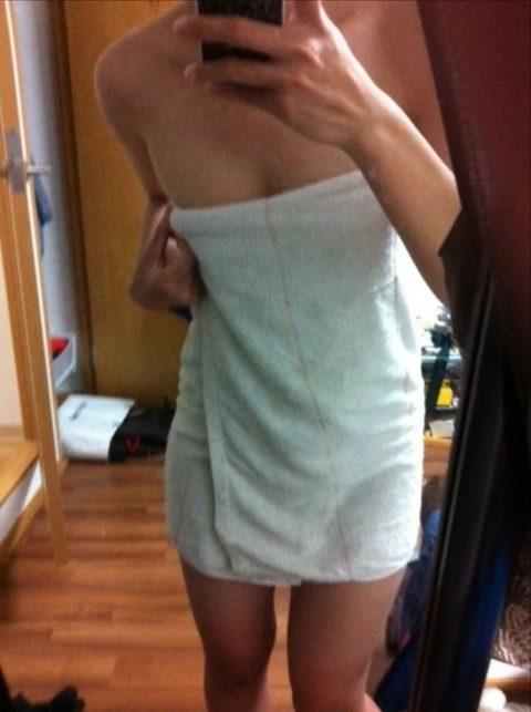 【エロ画像】バスタオル姿を撮影されてしまった女さん、この感じエロいwwww・23枚目