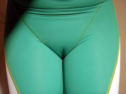 【街撮りエロ】堂々とマンコの形を晒してしまう女子が撮影される。(エロ画像)・23枚目