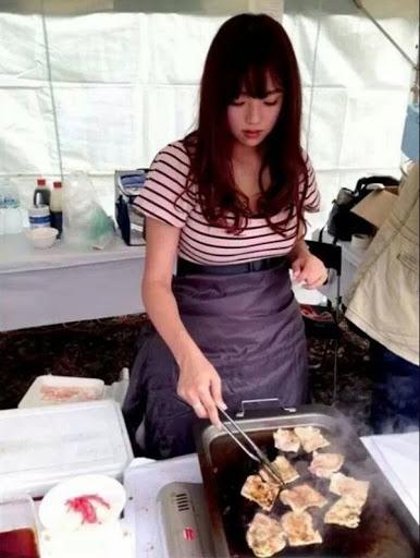 【おっぱい】台湾の屋台店員さん、品物より身体で集客するwwwwww・25枚目