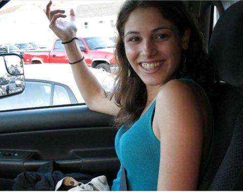 【谷間】車に乗ってる巨乳女さん、シートベルトがエロアイテムになるwwwww(エロ画像)・24枚目