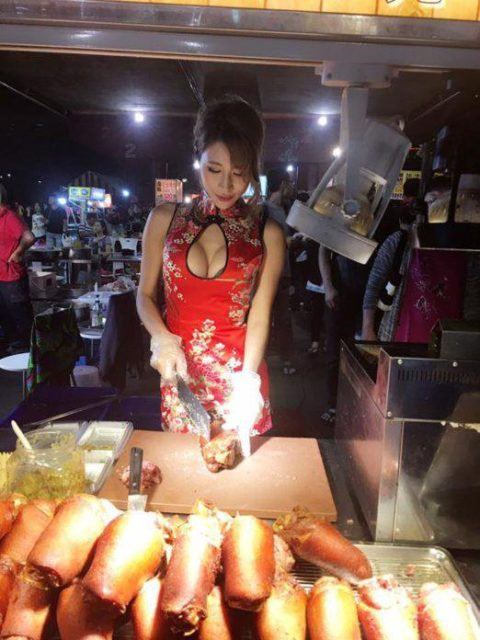 【おっぱい】台湾の屋台店員さん、品物より身体で集客するwwwwww・27枚目