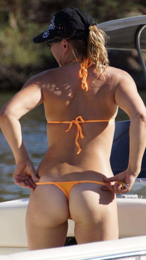 【尻フェチ】海で稀に見かけるお尻丸出しギャルを後ろから撮ったったwwwww・28枚目