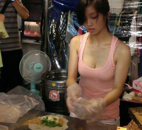 【おっぱい】台湾の屋台店員さん、品物より身体で集客するwwwwww・29枚目