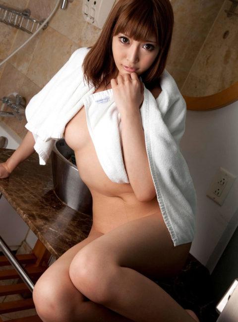 【エロ画像】バスタオル姿を撮影されてしまった女さん、この感じエロいwwww・29枚目