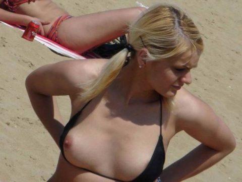 素人の巨乳まんさんがビーチで爆死(ポロリ)してる瞬間ヤッバwwwwwww(エロ画像)・30枚目